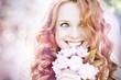 canvas print picture - schöne Frau rothaarig mit Kirschblüten Blumenstrauß