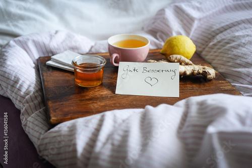 Valokuva  Erkältungskrankheiten mit alternativen Hausmitteln wie Tee, Honig und Ingwer aus