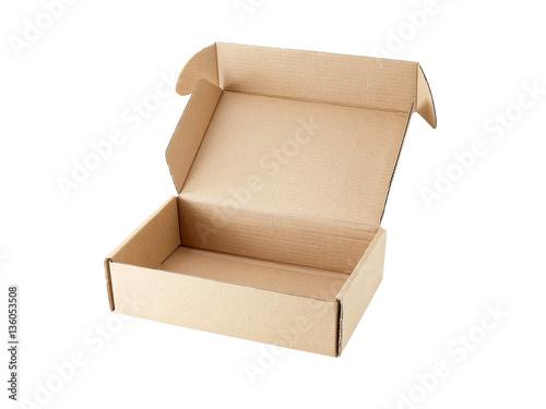 Photographie  Boîte de carton vide ouvert isolé sur fond blanc, pour la livraison postale