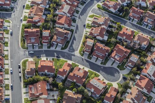 Obraz na dibondzie (fotoboard) Widok z lotu ptaka typowa podmiejska cul-de-sac ulica w San Fernando Dolinnym regionie Południowy Kalifornia.
