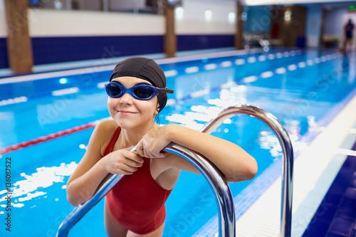 Plakat Dziecko dziecko dziewczyna pływak w basenie.