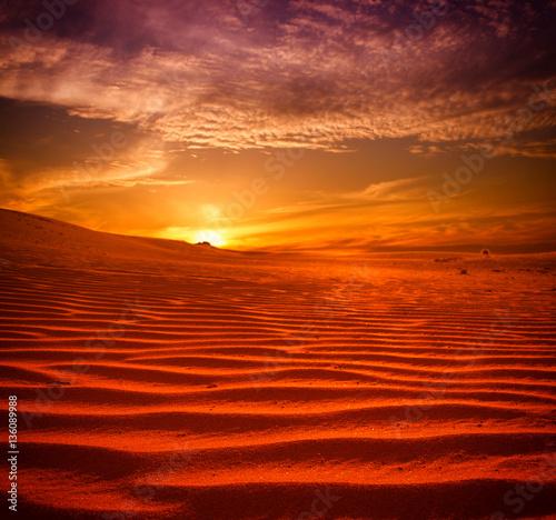 Photo sur Toile Rouge mauve Sunset over the Sahara Desert