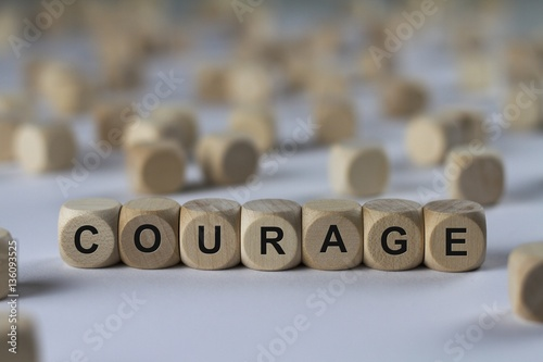 Foto courage - cube with letters, sign with wooden cubes