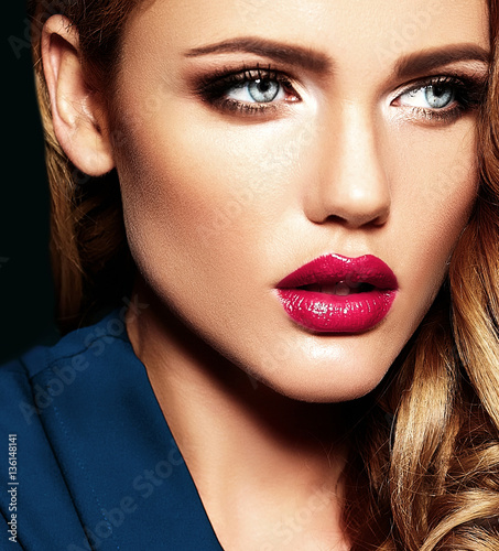 Photo  sensual glamour portrait of beautiful blond woman model lady with fresh daily ma