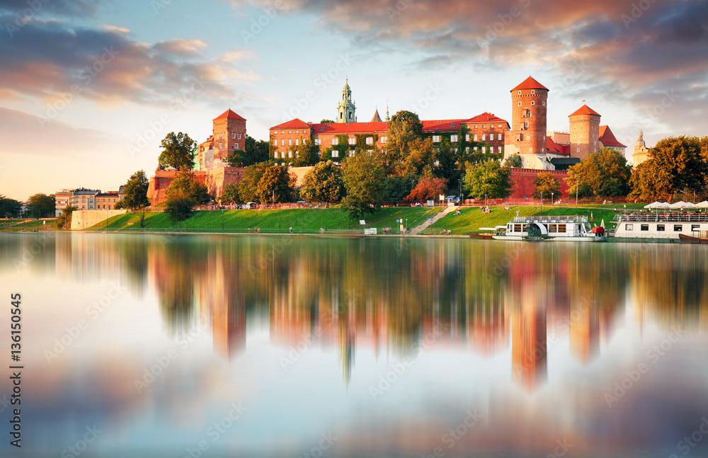 Wawel wzgórze z kasztelem w menchiach zaświeca zmierzch, Krakow, Polska <span>plik: #136150545   autor: TTstudio</span>