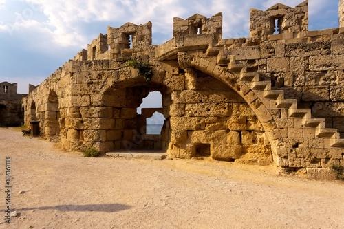 A l'intérieur des fortifications (Rhodes, Grèce). Canvas Print