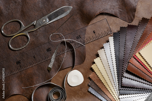 Fotografía  Crafting tools on natural cow leather in the tailoring workshop