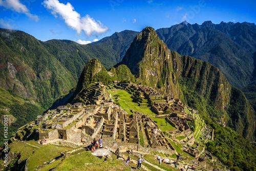 Zdjęcie XXL Widok na zaginione miasto Inków Machu Picchu w pobliżu Cusco, Peru. Machu Picchu to peruwiańskie sanktuarium historyczne. Na pierwszym planie widać ludzi.