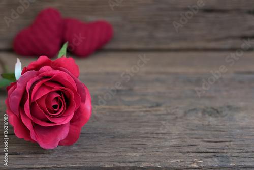 Plakat Rewolucjonistki róży kwiatu zbliżenie na nieociosanym drewnianym stole