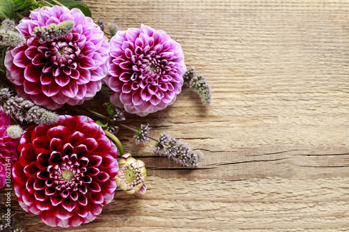 Poster de jardin Dahlia Dahlia flowers on wooden background