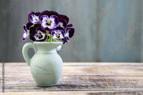 Papiers peints Pansies Bouquet of pansy flower in ceramic vase.