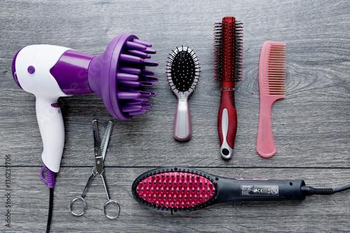 Matériel de coiffure : sèche cheveux, lisseur, brosse, peigne, ciseaux ...