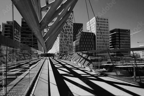 Fotografija  B/W image of Akrobaten pedestrian bridge in Oslo, Norway