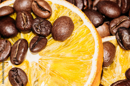 Keuken foto achterwand Koffiebonen Coffee beans close-up slice of Lemon