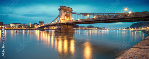 Fotografia  Czechenyi Chain Bridge in Budapest, Hungary, early in the mornin
