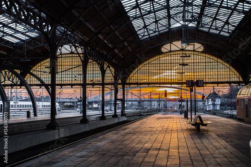 Foto op Canvas Treinstation Lübecker Hauptbahnhof in der Abendstunde