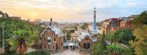 Poster de jardin Barcelone Park Guell in Barcelona. View to entrace houses with mosaics on foreground