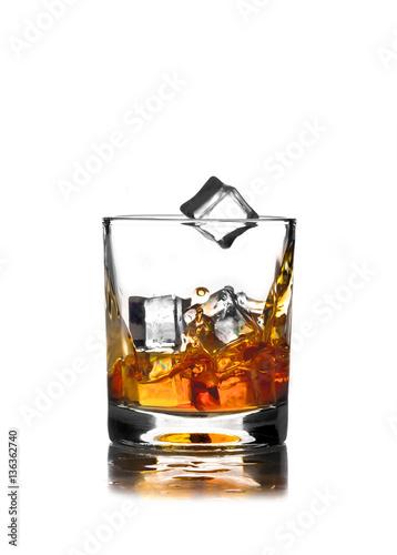 szklanka-whisky-na-bialym-tle-z-lodem