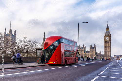 Poster Londres bus rouge Red doubledecker on Westminster bridge