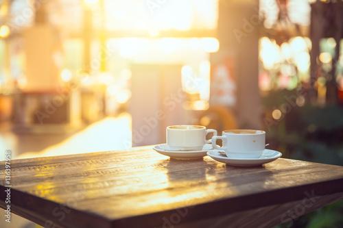 kawa rano, dwie filiżanki espresso na drewnianym stole w kawiarni lub w kawiarni.