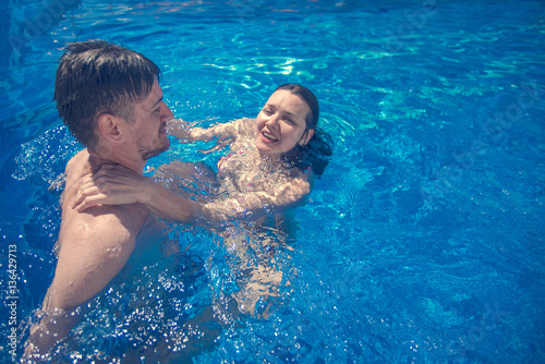 Poster Ontspanning Man and woman hugging in a swimming pool