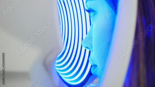 Fotografía  Hi-tech medicine - woman checks the sight on the modern equipment in the medical
