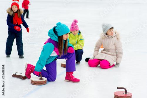 Cuadros en Lienzo Young girls playing curling