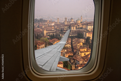 Photo  view from an airplane window on the Citta Alta in Bergamo
