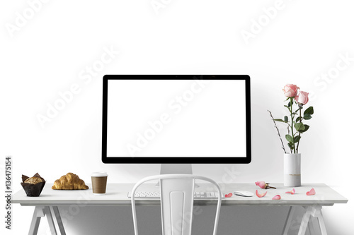 Foto  Moderne Arbeitsplatz mit Computer und Blumen  - Textfreiraum