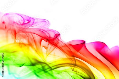 barwiony-dym-odizolowywajacy-na-bialym-tle