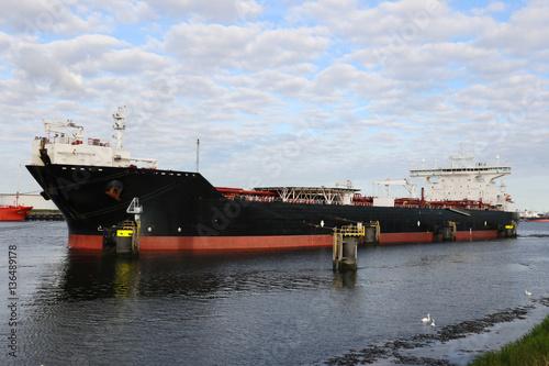 Fotobehang Pier Shuttle-Tanker im Rotterdamer Hafen
