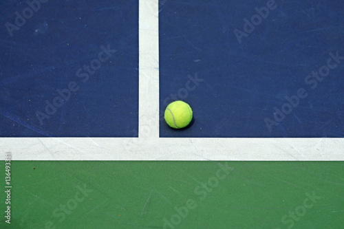 Plakát  tennis ball at the corner of court