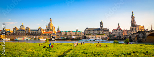 Fotomural  Summer panorama of the Old Town architecture with Elbe river in Dresden, Saxrony