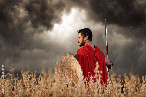 Photo  Back view of warrior wearing in red cloak like spartan.