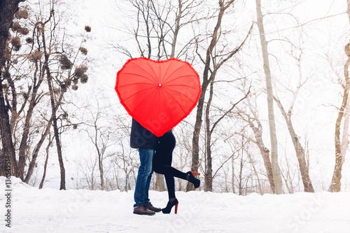 Fotografía  Love in air.Couple in park with heart umbrella