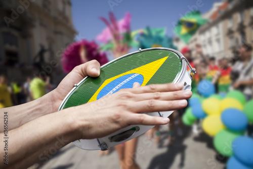 In de dag Rio de Janeiro tambourine player on samba parade