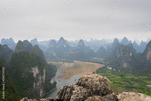 Photo  view from the top of hill - karst mountain and river  landscape in Xingping, Yangsho, China