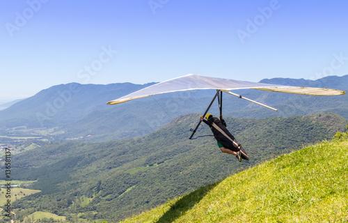 Saltando da montanha com asa-delta  - Buy this stock photo