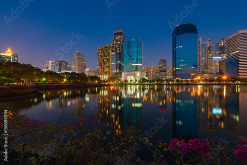 Photo  Cityscape in the evening view from Benjakiti park in Bangkok, Thailand