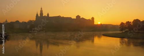 Plakat Panorama zamku królewskiego na Wawelu wcześnie rano.