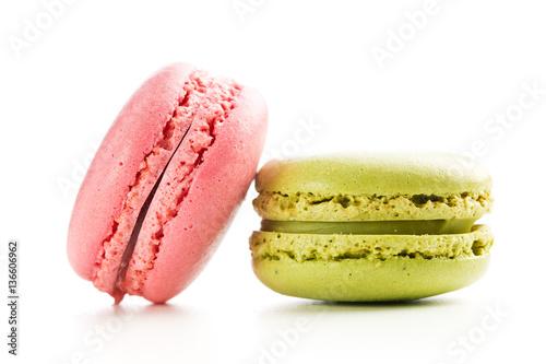 makaroniki-truskawkowe-i-pistacjowe-na-bialym-tle