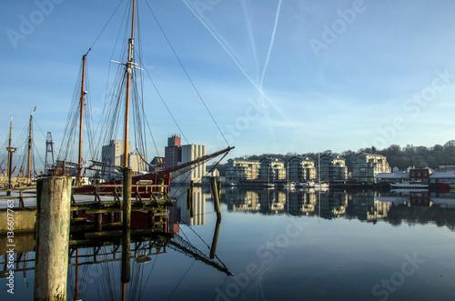Spoed Foto op Canvas Poort Flensburger Hafen im Februar bei fast klarem Himmel.