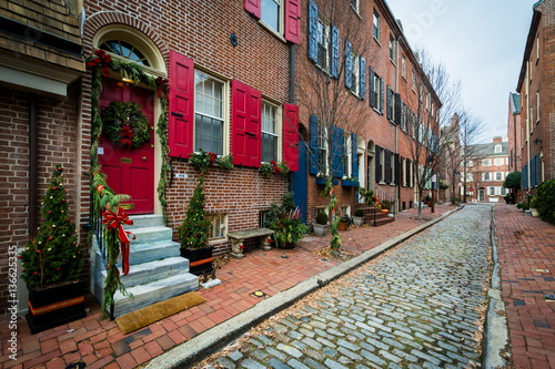 Poster Chicago Cobblestone alley and christmas decorations on brick houses in S