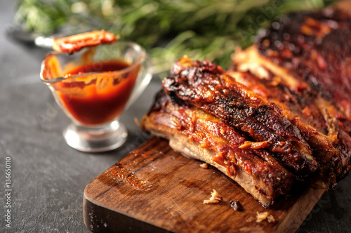 Fotografia Delicious barbecued ribs seasoned with a spicy basting sauce