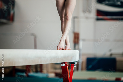 feet young girl athlete gymnast on balance beam Obraz na płótnie