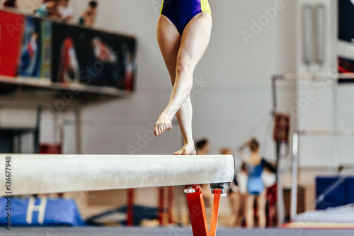 Fotografia  young girl athlete gymnast on balance beam competition in gymnastics