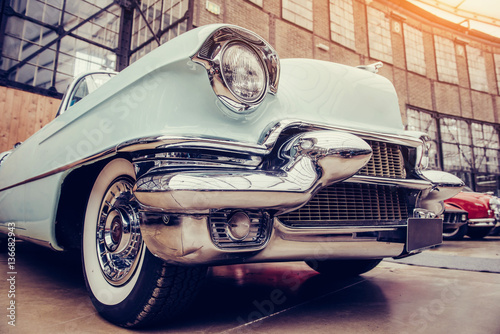 Foto classic car. Beautiful retro style transport exhibition.