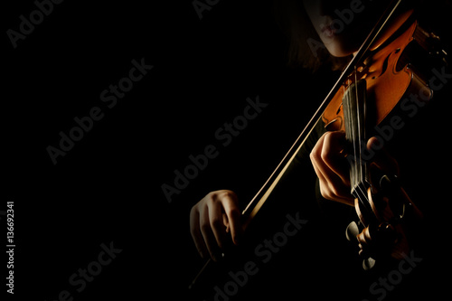 Photo sur Aluminium Musique Violin player violinist playing hands close up isolated