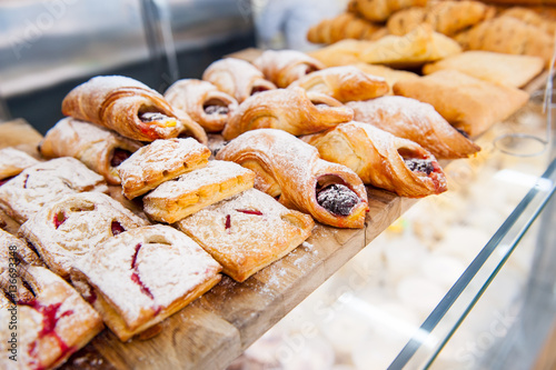 Poster Boulangerie Close up freshly baked pastry goods on display in bakery shop. Selective focus