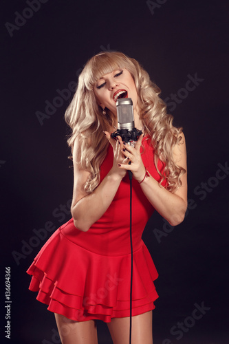 Fotografía  Singing Woman with Retro Microphone. Beauty Glamour Singer Girl